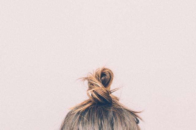 jak zmyć olej z włosów